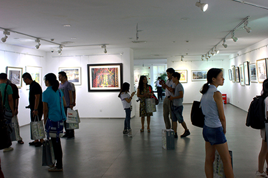 A glimpse of the opening of the 1st China University Students' Pastel Exhibition.