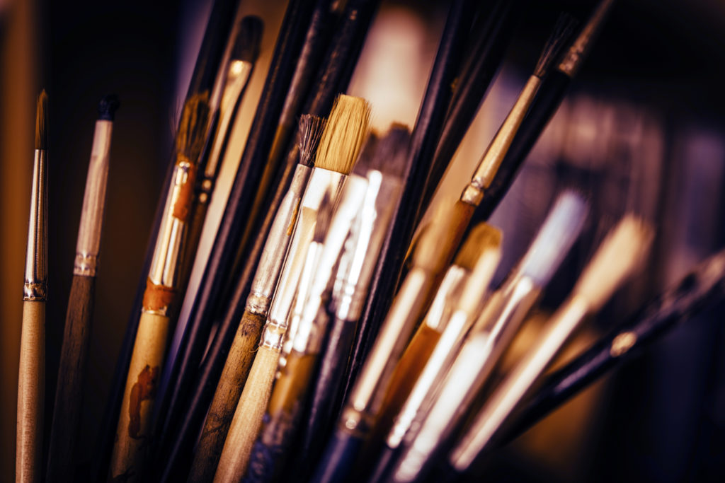 Oil painting brushes come in a variety of types and sizes.