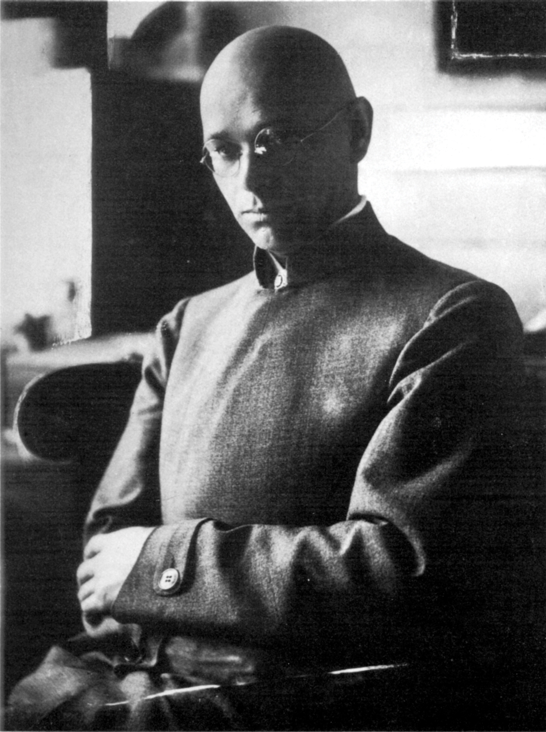 Johannes Itten (in 1921), the first instructor of the basic course at the Bauhaus: During Itten's tenure, the student body also tended to shave their heads and wear robes.